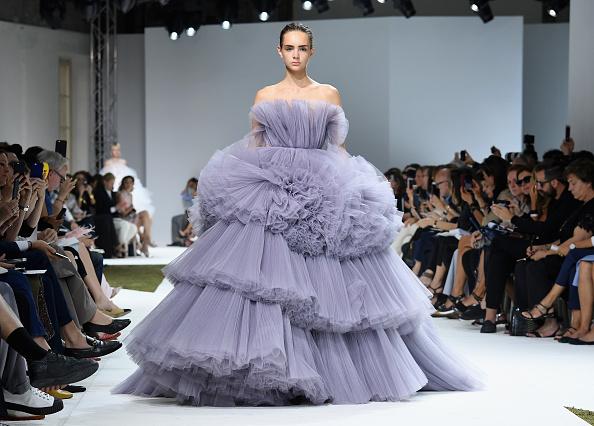 オートクチュール「Giambattista Valli : Runway - Paris Fashion Week - Haute Couture Fall/Winter 2016-2017」:写真・画像(7)[壁紙.com]