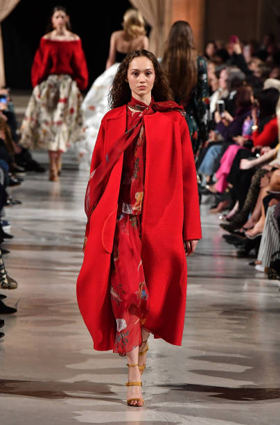 赤のコート「Oscar De La Renta - Runway - February 2018 - New York Fashion Week」:写真・画像(18)[壁紙.com]
