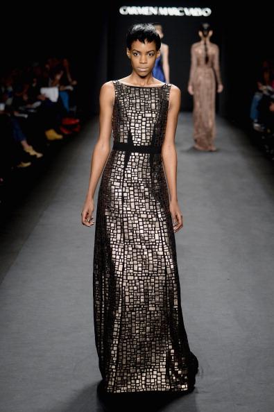 メタリックドレス「Carmen Marc Valvo - Runway - Mercedes-Benz Fashion Week Fall 2014」:写真・画像(17)[壁紙.com]