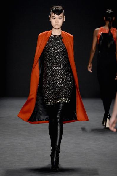 メタリックドレス「Carmen Marc Valvo - Runway - Mercedes-Benz Fashion Week Fall 2014」:写真・画像(19)[壁紙.com]