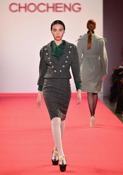 Gray Jacket「Chocheng - Runway - February 2019 - New York Fashion Week: The Shows」:写真・画像(9)[壁紙.com]
