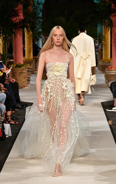 Beige「Oscar de la Renta - Runway - September 2019 - New York Fashion Week」:写真・画像(10)[壁紙.com]