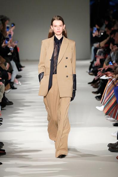 Camel Colored「Victoria Beckham - Runway - February 2017 - New York Fashion Week」:写真・画像(9)[壁紙.com]