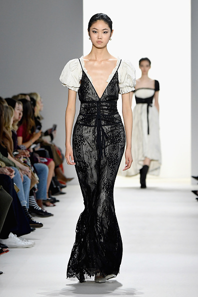 Vネック「Brock Collection - Runway - February 2019 - New York Fashion Week: The Shows」:写真・画像(4)[壁紙.com]