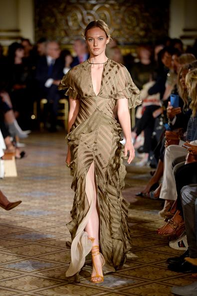 Striped Dress「Dennis Basso - Runway - September 2017 - New York Fashion Week: The Shows」:写真・画像(10)[壁紙.com]