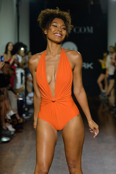 Curly Hair「Bikini.com X newMARK Models - Runway - Paraiso Fashion Fair」:写真・画像(5)[壁紙.com]