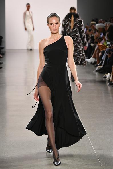 Asymmetric Dress「Burnett - Runway - February 2019 - New York Fashion Week: The Shows」:写真・画像(2)[壁紙.com]