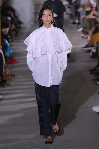 Ruffled Shirt「3.1 Phillip Lim - Runway - September 2017 - New York Fashion Week」:写真・画像(0)[壁紙.com]