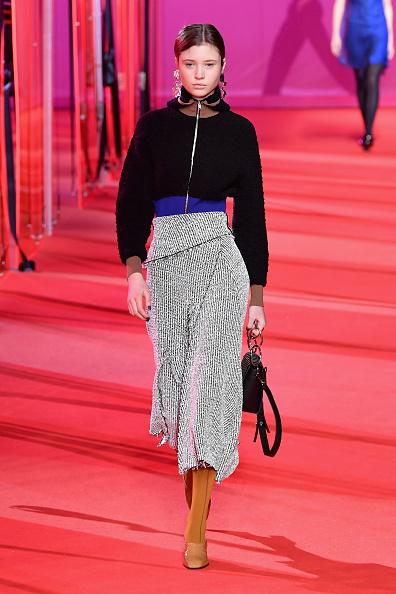 Gray Skirt「3.1 Phillip Lim - Runway - February 2017 - New York Fashion Week」:写真・画像(4)[壁紙.com]