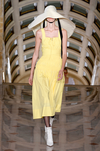 Yellow「Self-Portrait - Runway - September 2019 - New York Fashion Week: The Shows」:写真・画像(15)[壁紙.com]