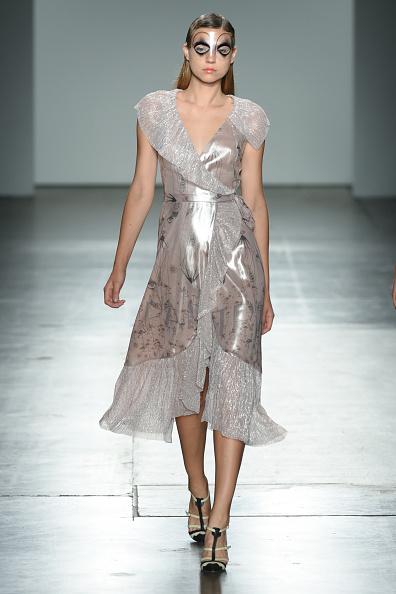 Silver Dress「Katty Xiomara - Runway - September 2017 - New York Fashion Week」:写真・画像(6)[壁紙.com]