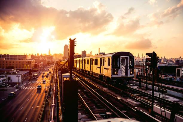New York subway train approaching station platform in Queens:スマホ壁紙(壁紙.com)