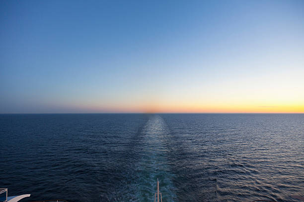 Baltic Sea, Cruise ship travelling between Russia and Finland:スマホ壁紙(壁紙.com)