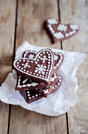 ハート「Stack of heart-shaped gingerbread decorated with sugar icing on paper」:スマホ壁紙(8)