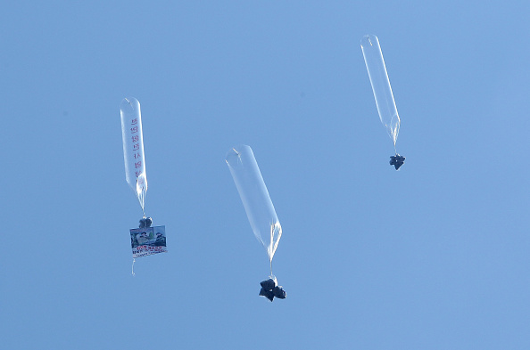 Handout「Defectors From North Korea Release Balloons Carrying Anti-regime Messages Across Border」:写真・画像(4)[壁紙.com]
