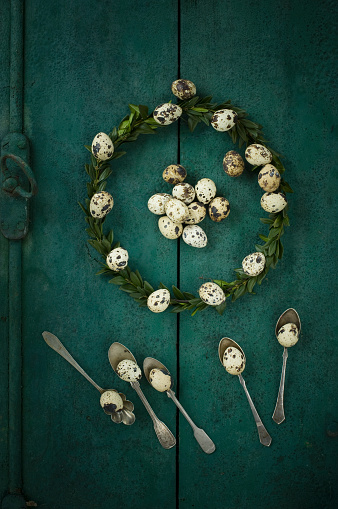 イースター「Box tree wreath, quail eggs and silver tea spoons on green wood」:スマホ壁紙(9)