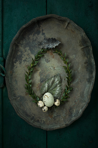イースター「Box tree wreath, goose egg and quail eggs on an old metal tray」:スマホ壁紙(17)