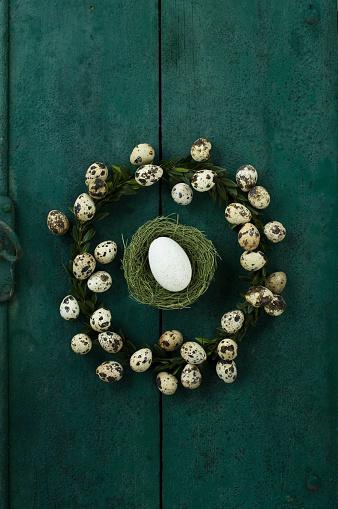 イースター「Box tree wreath with quail eggs and Easter nest with goose egg on green wood」:スマホ壁紙(8)