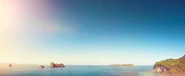 胸を打つ「Small islands in the sea」:スマホ壁紙(4)