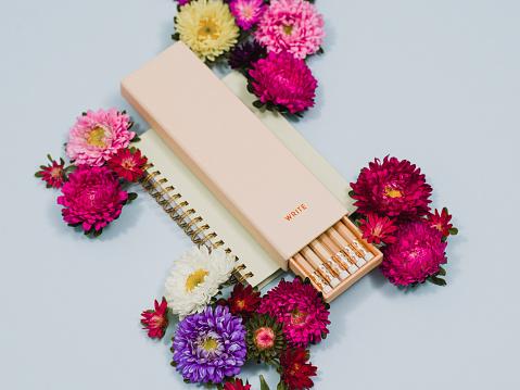 Miniature「静止した創造的な鉛筆と花の配置」:スマホ壁紙(12)