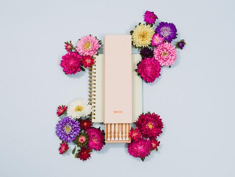 Miniature「静止した創造的な鉛筆と花の配置」:スマホ壁紙(10)