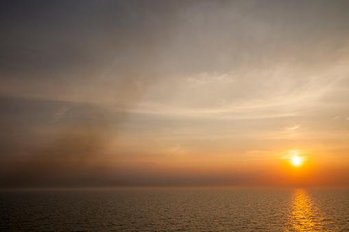 Ijmuiden「Emissions from a ferry burning marine diese」:スマホ壁紙(12)
