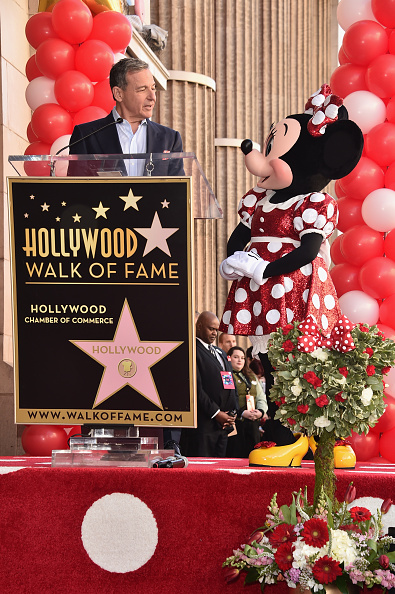 ミニーマウス「Disney's Minnie Mouse Celebrates Her 90th Anniversary With Star On The Hollywood Walk Of Fame」:写真・画像(2)[壁紙.com]