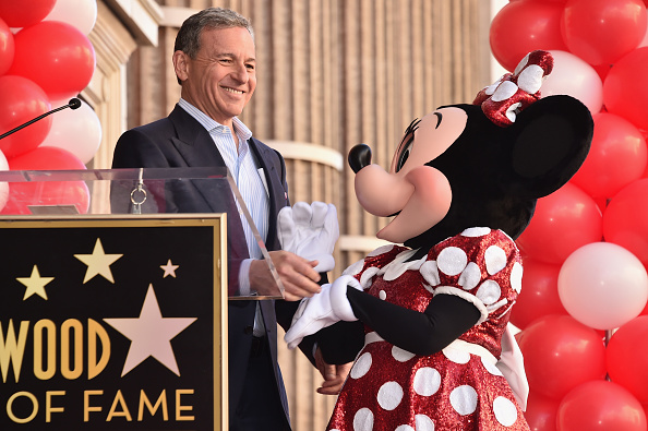 ミニーマウス「Disney's Minnie Mouse Celebrates Her 90th Anniversary With Star On The Hollywood Walk Of Fame」:写真・画像(7)[壁紙.com]
