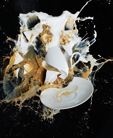 Destruction「Broken cappuccino cup and saucer」:スマホ壁紙(10)