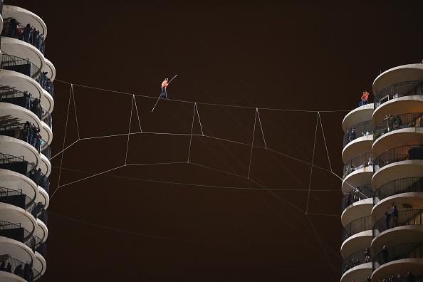 Tightrope Walking「Daredevil Nik Wallenda Walks Across Tightrope In Between Downtown Chicago Buildings」:写真・画像(4)[壁紙.com]