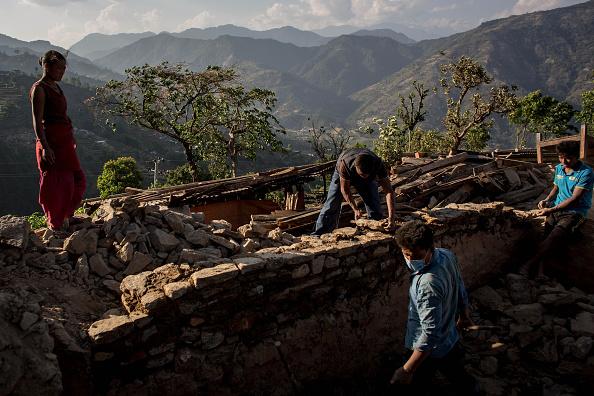 Rebuilding「Rescue Operations Continue Following Devastating Nepal Earthquake」:写真・画像(4)[壁紙.com]