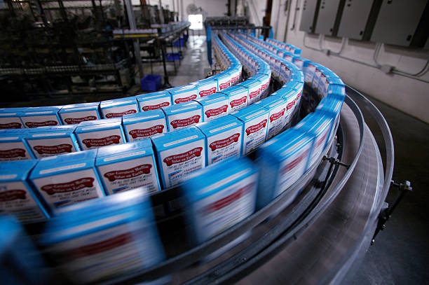 Boxes of cake mix on packing line in factory (blurred motion):スマホ壁紙(壁紙.com)