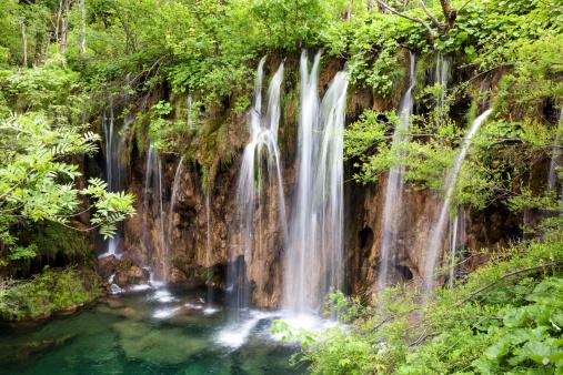 春「プリトヴィツェ湖群国立公園、滝、」:スマホ壁紙(16)