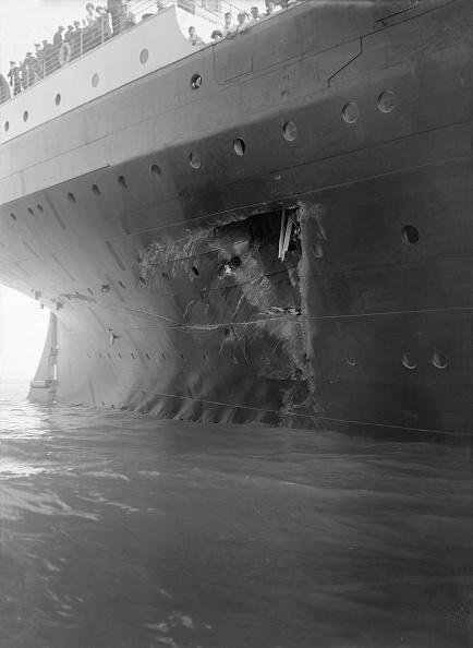 乗客輸送船「Hole Torn In The Hull Of Rms Olympic After The Collision With Hms Hawke In The Solent 19」:写真・画像(13)[壁紙.com]