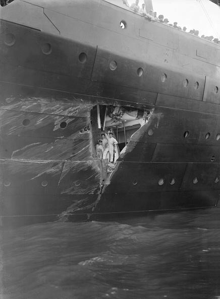 乗客輸送船「Hole Torn In The Hull Of Rms Olympic After The Collision With Hms Hawke In The Solent 19」:写真・画像(8)[壁紙.com]