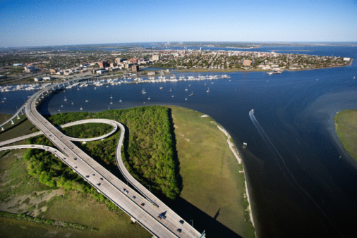 Charleston - South Carolina「Aerial of bridge over Ashley River, Charleston, South Carolina」:スマホ壁紙(11)