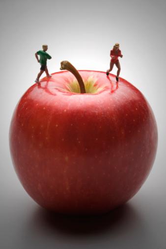 Figurine「walkers on apple」:スマホ壁紙(13)