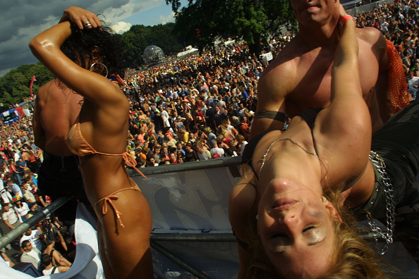 ドイツ「Berlin's Love Parade Draws Hundreds Of Thousands」:写真・画像(4)[壁紙.com]