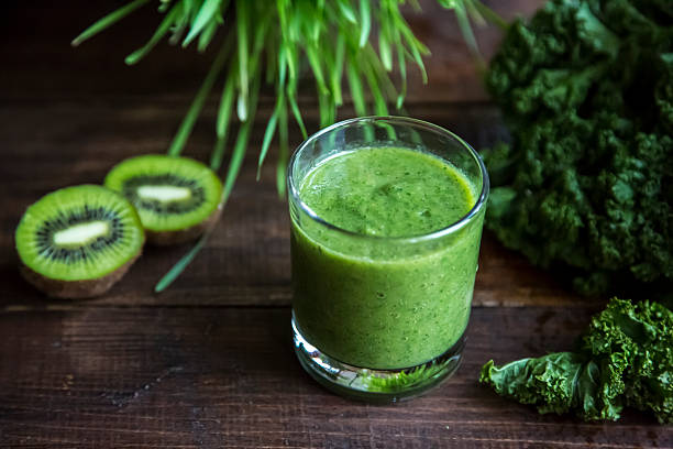 Kale smoothie with kiwi and organic raygras on wood:スマホ壁紙(壁紙.com)