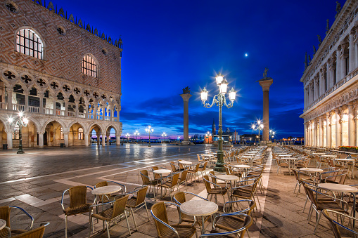Town Square「Italy, Veneto, Venice, St Mark's Square and Doge's Palace, early morning」:スマホ壁紙(4)