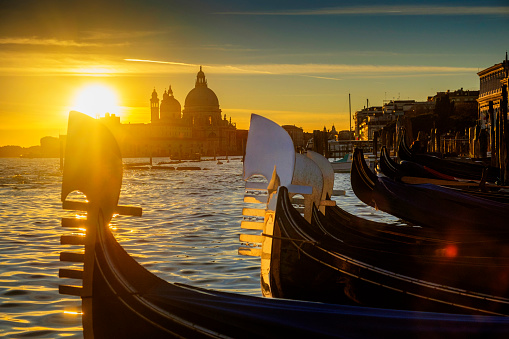 Gondola「Italy, Veneto, Venice, Gondolas at sunset, Santa Maria della Salute in the background」:スマホ壁紙(9)