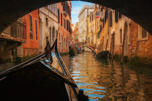 Veneto「Italy, Veneto, Venice, Gondola under bridge」:スマホ壁紙(14)