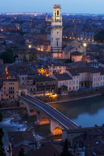 アディジェ川「Italy, Veneto, Verona, Ponte Pietra, Adige River and cityscape, night」:スマホ壁紙(1)