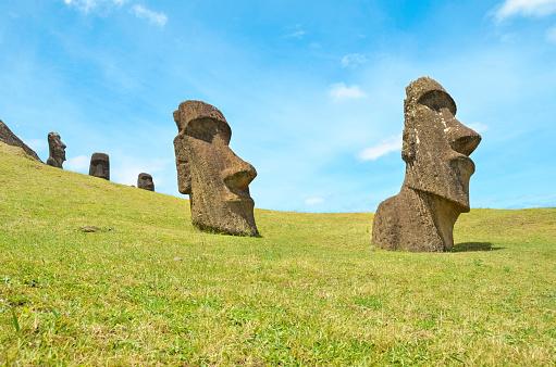 世界遺産「Chile, Easter Island, Moai stone heads in Rano Raraku quarry, Rapa Nui National Park」:スマホ壁紙(16)