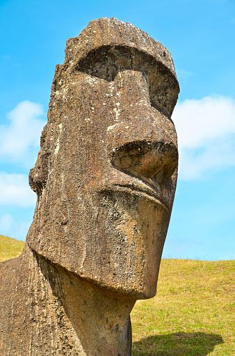 巨石のモアイ像