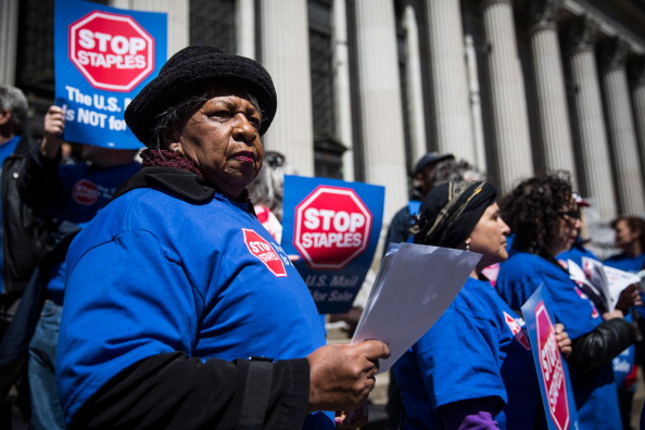 Andrew Burton「Postal Service Workers Demonstrate Against Deal Between USPS And Staples」:写真・画像(13)[壁紙.com]