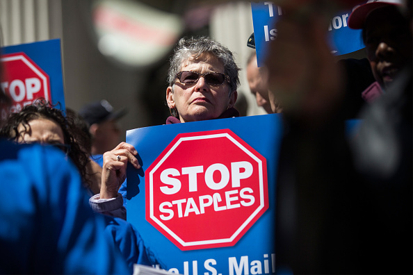 Andrew Burton「Postal Service Workers Demonstrate Against Deal Between USPS And Staples」:写真・画像(10)[壁紙.com]