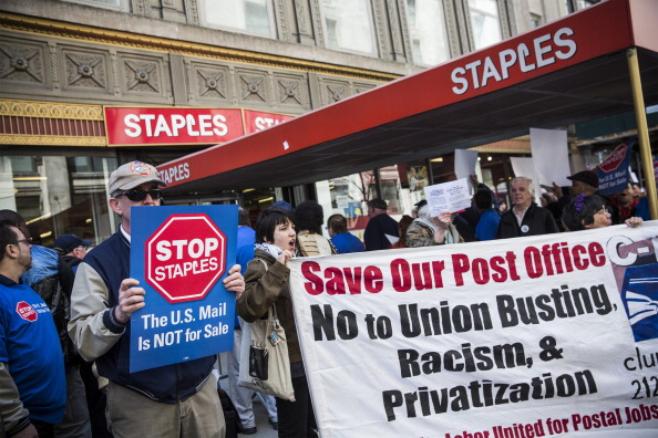Andrew Burton「Postal Service Workers Demonstrate Against Deal Between USPS And Staples」:写真・画像(11)[壁紙.com]