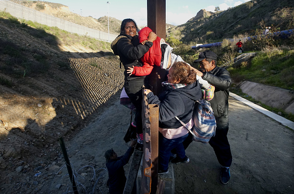 Climbing「Border Wall On US Mexico Border Continues To Be Sticking Point Driving Government Shutdown Into Its Third Week」:写真・画像(12)[壁紙.com]