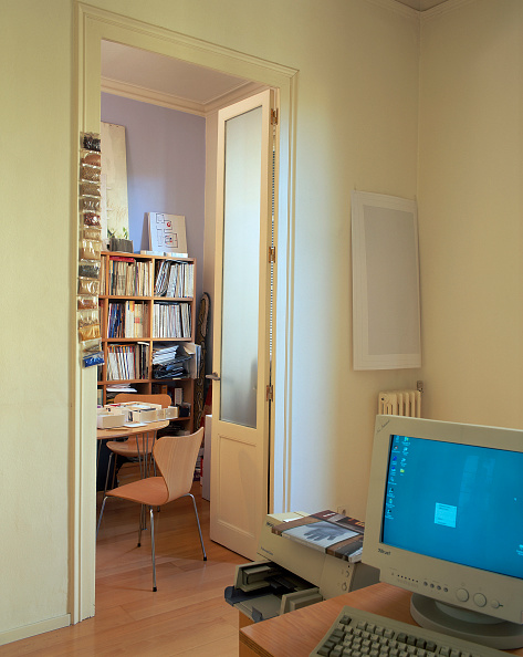 Dining Room「View of a computer in a home office」:写真・画像(16)[壁紙.com]